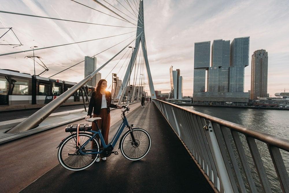 2019_premium_ma8tour_erasmusbrug_staand-op-brug-2-min.jpg